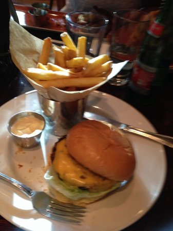 Hard Rock Cafe Rome: Classic burger accompagnato da patatine e onion rings!! Gusto ottimo !!!!!!!!!!!!!!!!