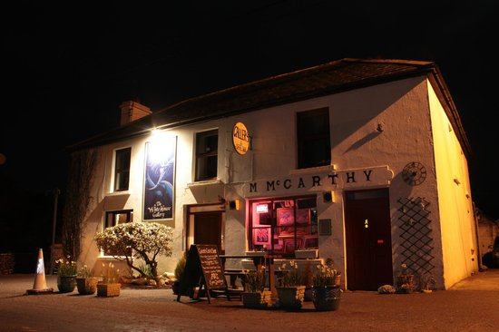 The WhiteHouse Gallery and Wine Bar: The WhiteHouse at night - Check out our FB page for events