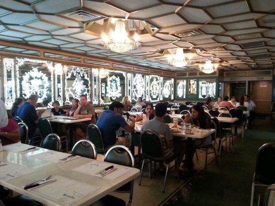Versailles Restaurant : Une des salles