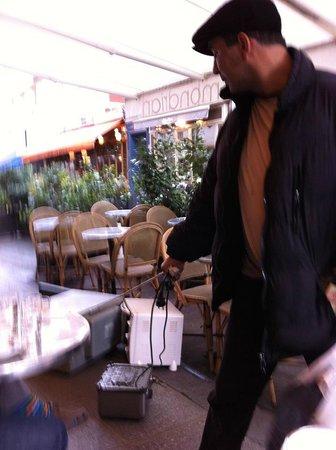 Welcome Hôtel : man walking his 3 microwaves