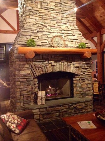 Green Mountain Suites Hotel: Amazing fireplace in the lobby!
