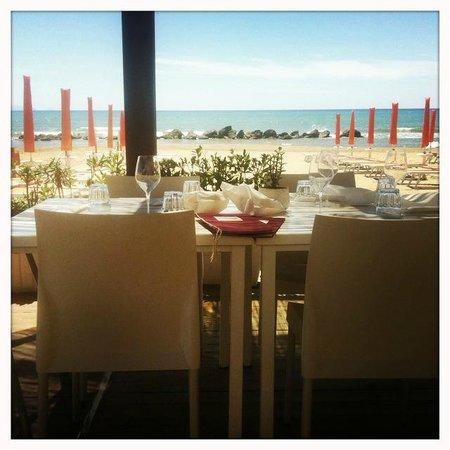 Bagno Tito : Entspanntes Sitzen am Wasser - Blick von der unteren Terrasse auf das Tyrrhenische Meer