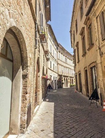 Gallery Hotel Recanati: Via Falleroni, road of the Hotel