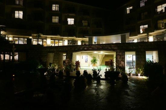 Grandvrio Resort Ishigakijima Grandvrio Garden: 中庭からエントランス夜景
