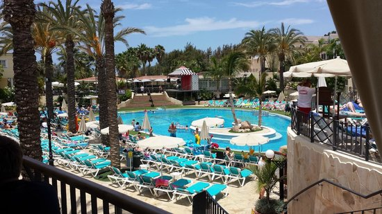 Gran Oasis Resort: Beautiful pool with great service from pool side bar.
