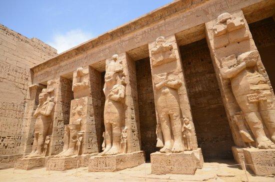 Temple of Medinat Habu: Première cour : les piliers osiriaques