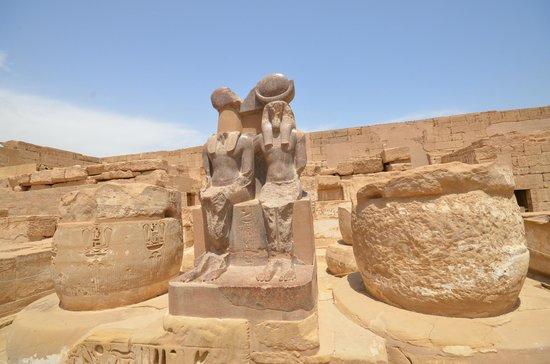 Temple of Medinat Habu: statue