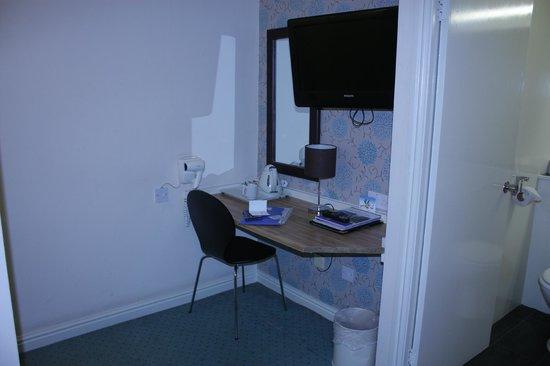 Gardens Hotel: Столик и телевизор