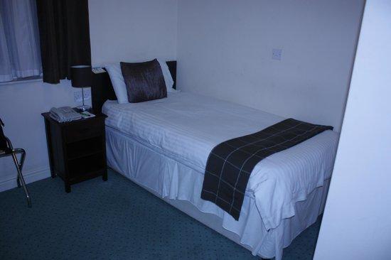 Gardens Hotel: кровать
