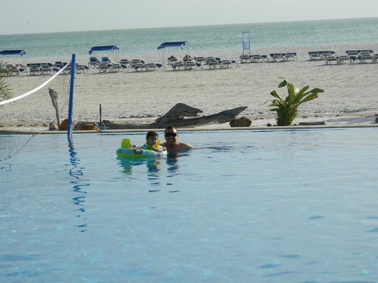 Punta Blanca Hotel: y excelente ubicacion de la piscina y la playa