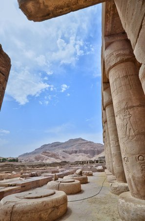 Ramesseum (Mortuary Temple of Ramses II): COLLONE