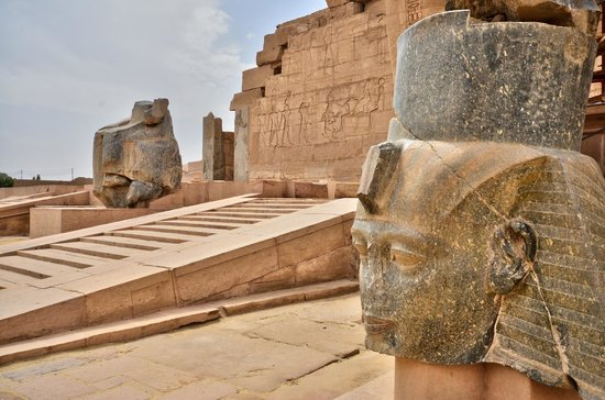 Ramesseum (Mortuary Temple of Ramses II): les piliers  osiriaques +ramsesII
