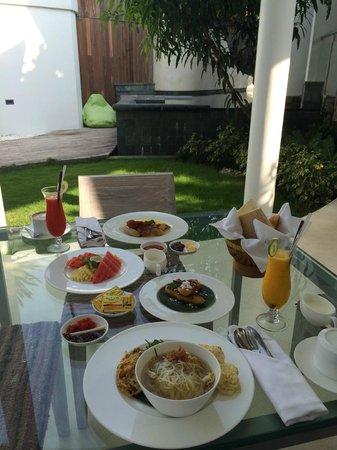delMango Villa Estate: Breakfast in the villa