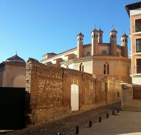 Fundacion Amantes de Teruel : backyard of chuch