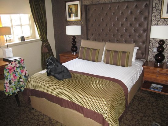 Crathorne Hall Hotel: Our room and comfy bed - Ampleforth