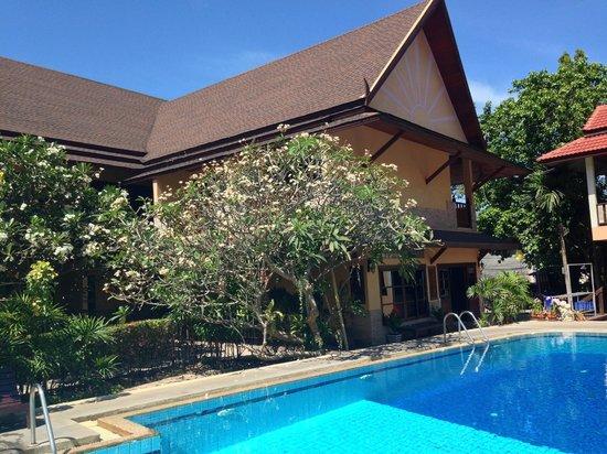 Asia Divers Resort: Вид на один и корпусов рядом с бассейном