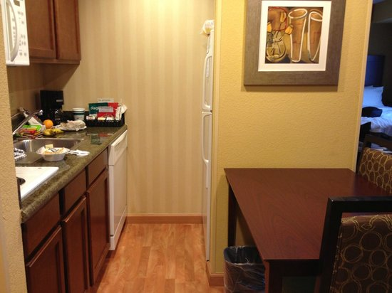 Homewood Suites Tampa Brandon: Small kitchen, table with chairs