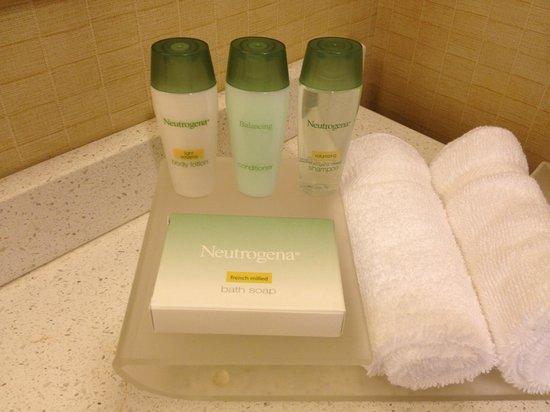 Homewood Suites Tampa Brandon: Neutrogena shampoo, conditioner, soap