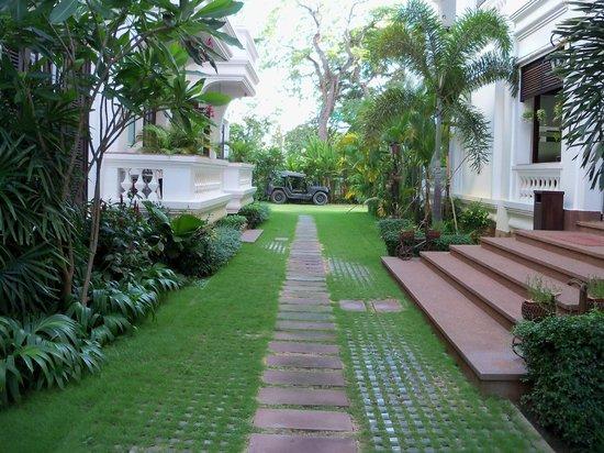 Chateau d'Angkor La Residence : Walkway
