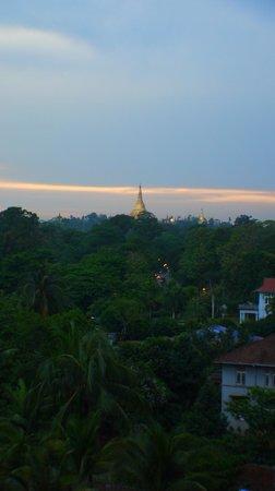 Chatrium Hotel Royal Lake Yangon: Room with pagoda view