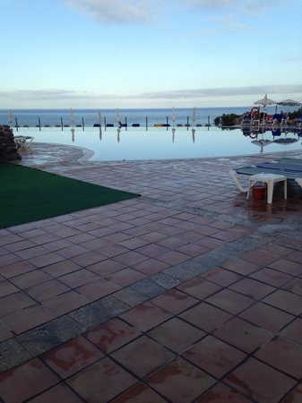Bahia Principe Costa Adeje : Infinity pool which is freeeeeezing!!!