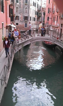 Starhotels Splendid Venice: Bridge outside of hotel (Hotel on Left)