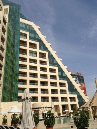 Raffles Dubai: Blick vom Poolbereich auf das Hotel