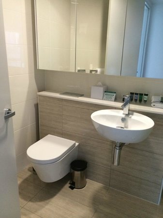 Meriton Suites Adelaide Street, Brisbane: Sink in shower room