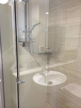 Meriton Suites Adelaide Street, Brisbane: Shower