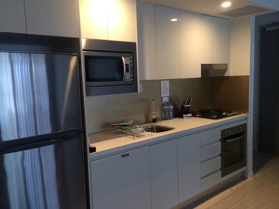 Meriton Serviced Apartments Brisbane on Adelaide Street: kitchen