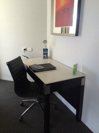 Meriton Suites Adelaide Street, Brisbane: Work desk