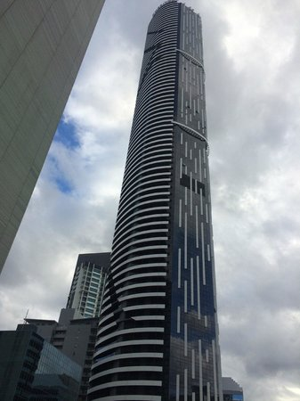 Meriton Serviced Apartments Brisbane on Adelaide Street: Tower from the outside