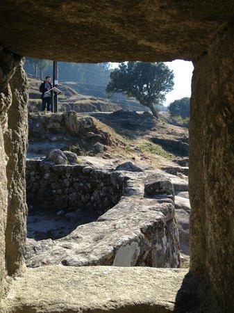 Poblado celta de Santa Tecla: A visão de dentro da habitação olhando pela janela