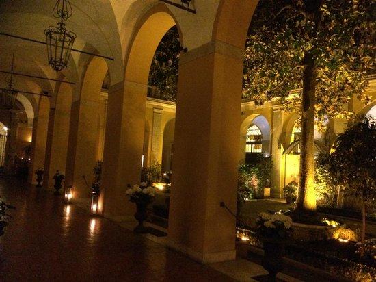Palazzo Cardinal Cesi: Kreuzgang bei Nacht