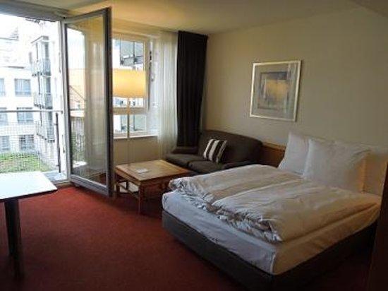 The Madison Hamburg: Unser Zimmer im 5. OG mit kleinem Balkon