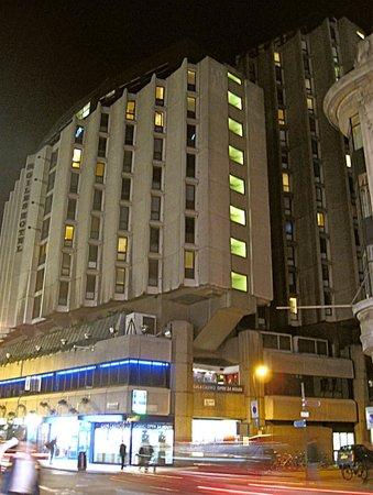 St Giles London - A St Giles Hotel: отель вечером, вид со стороны метро