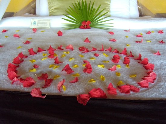 Portofino Beach Resort: Bed decorations