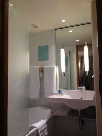 Novotel Paris Centre Tour Eiffel : The bathroom