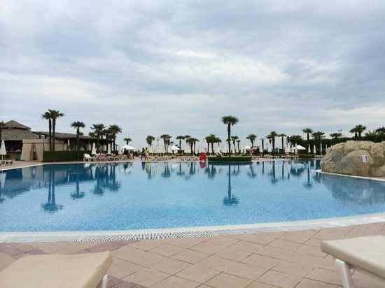DIT Majestic Beach Resort : Poolside in the evening
