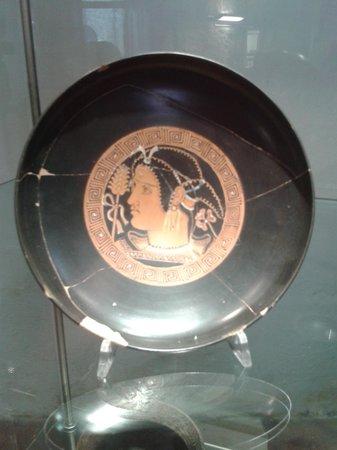 Museo Di San Mamiliano: Piatto in ceramica con decorazione bellissima