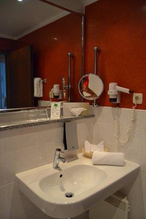 Eibsee Hotel: Habitacion Doble - vista al bosque: Baño