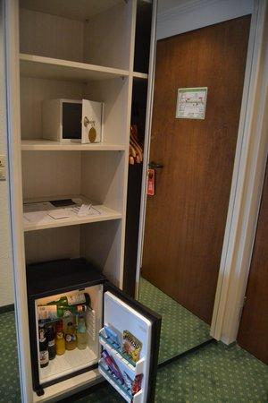 Eibsee Hotel: Habitacion Doble - vista al bosque: Caja fuerte y Minibar