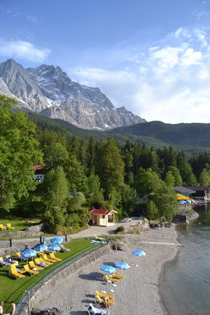 Eibsee Hotel : Habitacion Doble - vista al bosque: Vista desde el Pasadizo