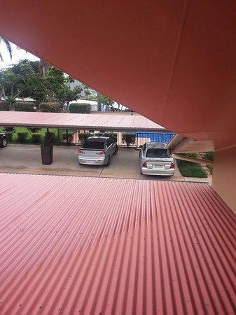 Mackay Resort Motel: Bad parking, bays need to be marked