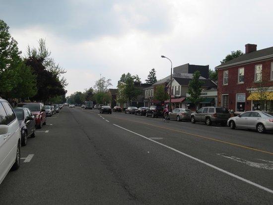 Gray Line Toronto: Niagara On The Lake main street