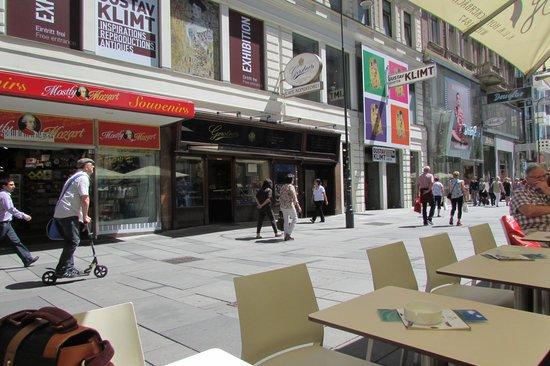 Gerstner K&K Hofzuckerbäckerei: Sitting outside