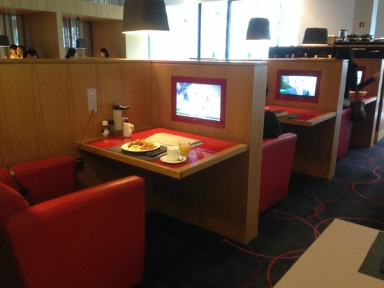 Novotel Amsterdam City : Great table at breakfast for a solo traveler