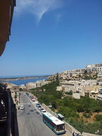 Maritim Antonine Hotel & Spa : Main road