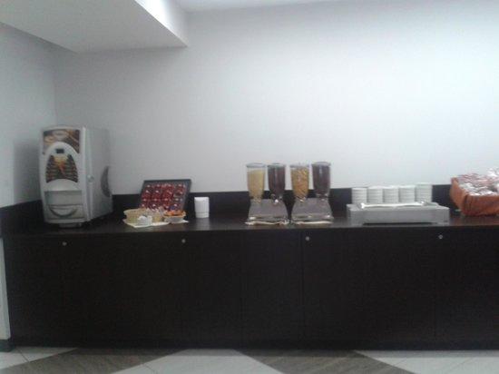 Quality Hotel Rouge et Noir Roma: Banco della sala colazioni 1