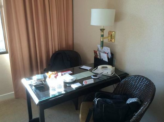 Swissotel Merchant Court Singapore: Desk is well positioned